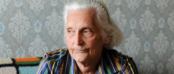 """Берта Нисим Леви-Владимиров 83-летняя вдова,проживающая в Болгарии.  Она получает необходимую помощь в ведении домашнего хозяйства, через организацию """"Шолом"""", финансируемую Клеймс Конференс."""