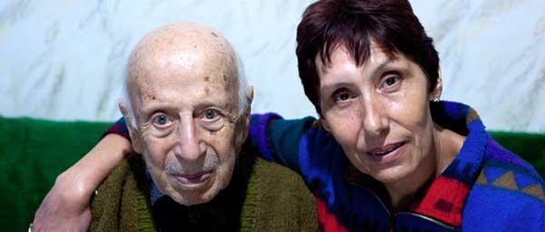 """Изак Альмалех, прошедший лагеря смерти во время войны, получает необходимую помощь в ведении домашнего хозяйства, через Болгарскую организацию """"Шолом"""", финансируемую Клеймс Конференс."""