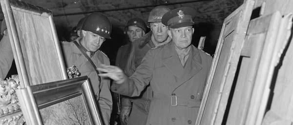 Генерал Дуайт Д. Эизенхауэр осматривает предметы искусства, награбленные немцами в годы Катастрофы