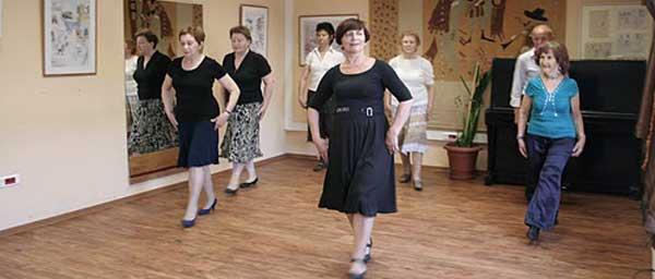 Пережившие Холокост - на уроке танца в местном отделении организации «Хесед».