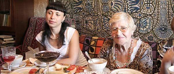 Горячие обеды и мероприятия – это существенная поддержка для переживших Холокост   пожилых людей, которые страдают от одиночества, изоляции и нехватки продуктов   питания в бывшем Советском Союзе