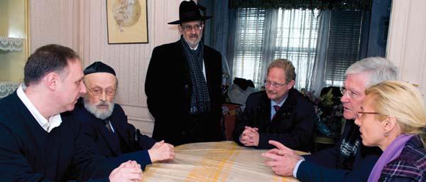 Перед началом переговоров, Вице-президент Клеймс Конференс Грэг Шнейдер познакомил представителей Германских властей с жертвами Холокоста.