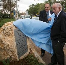 Я имел честь торжественно открыть камень с мемориальной табличкой в память о Соле за пределами медицинского центра Шиба вместе с генеральным директором больницы проф. Зеевом Ротштейном.
